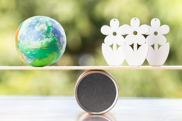 Concept de la journée mondiale de l'environnement: modèle global avec arbre en bois sur équilibre en bois