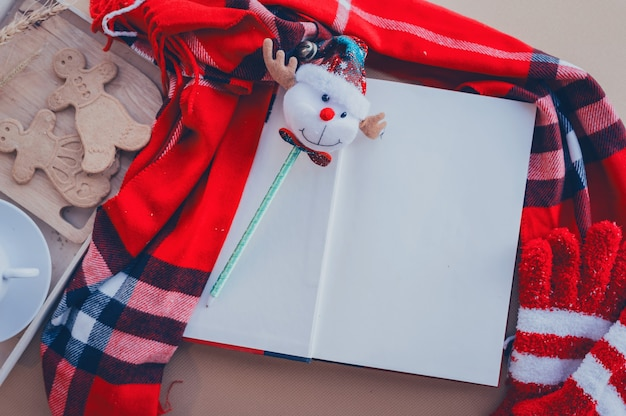Concept de joyeux noël et bonne année. fond de papier blanc vide pour écrire le souhait de noël sur la saison d'hiver.