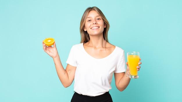 Concept de jus d'orange jolie jeune femme blonde
