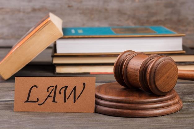Concept de justice et de droit. marteau en bois et pile de livres.