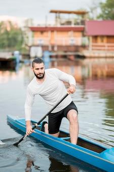 Concept de kayak de jeune homme