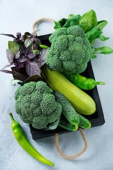Concept de laitue verte fraîche, chou, concombre, aneth, citron vert sur une table lumineuse. mise au point sélective aliments biologiques crus sains vue de dessus. copiez l'espace.