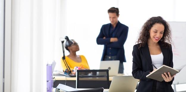 Concept de leadership d'entreprise. belle jeune femme noire hispanique professionnelle souriante heureuse dans un bureau à domicile moderne