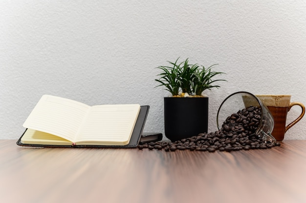 Le concept de lecture d'un livre est au bureau dans la chambre