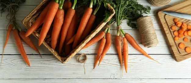 Concept de légumes frais à la carotte sur fond isolé en bois blanc