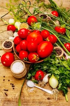 Concept de légumes marinés. cuisson, épices, herbes fraîches parfumées