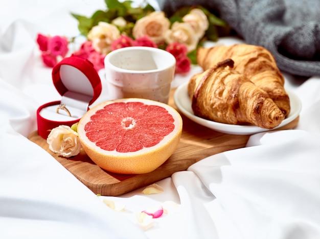 Le concept de lettre d'amour sur table avec petit déjeuner