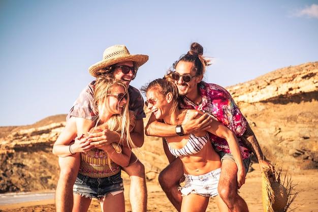 Concept lfestyle jeune et ludique pour un groupe de personnes du millénaire s'amusant ensemble dans l'amitié