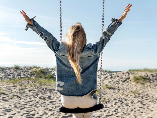 Concept de liberté avec balançoire sur la plage