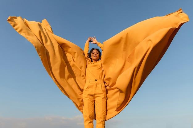 Concept de liberté avec femme tenant un tissu dans la nature