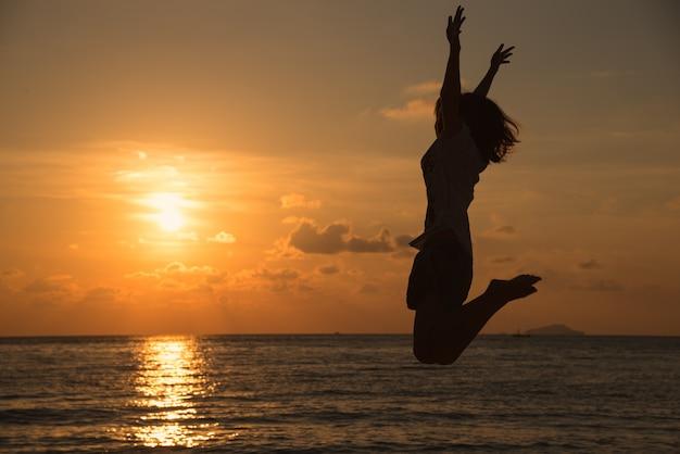 Concept de liberté avec un jeune adolescent heureux et saut