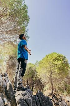 Concept de liberté avec un randonneur en forêt