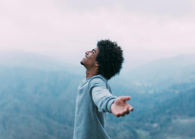 Concept de liberté avec randonneur en montagne