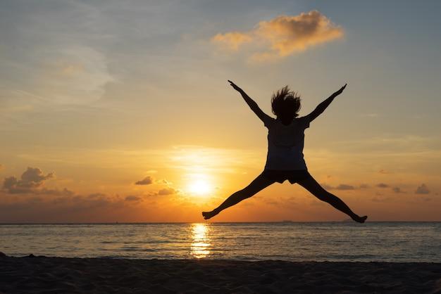 Concept de liberté avec silhouette jeune adolescent heureux et saut