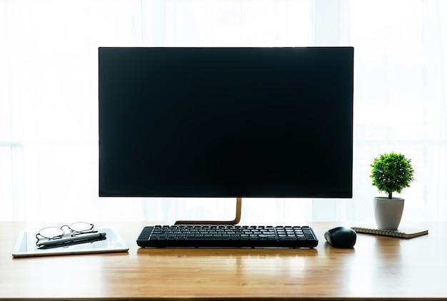 Concept de lieu de travail: maquette de bureau d'ordinateur écran blanc