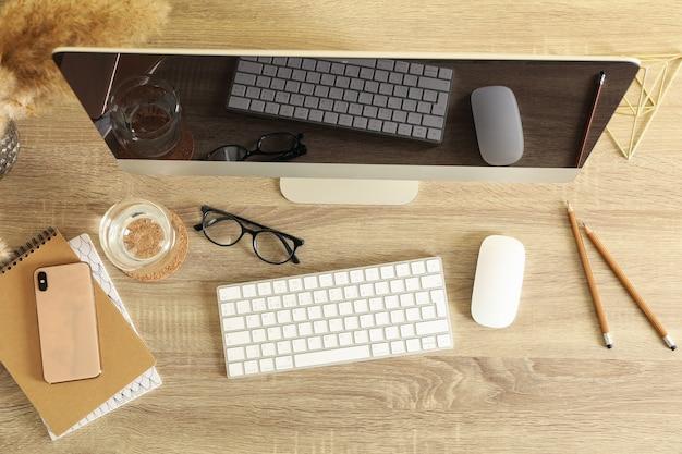 Concept de lieu de travail avec ordinateur de bureau moderne sur bois