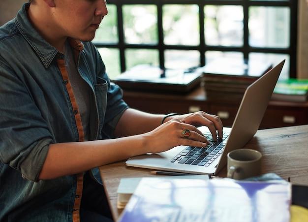 Concept de lieu de travail technologie homme ordinateur portable