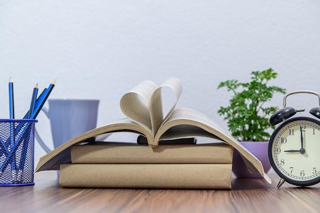Concept de lire un livre au bureau