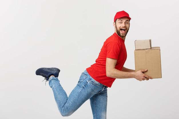 Concept de livraison - beau livreur caucasien se précipiter pour livrer un colis pour le client.