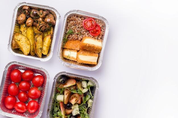Concept de livraison à domicile. conteneurs avec de la nourriture.