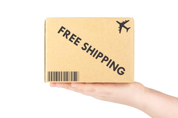 Concept de livraison gratuite. main tenant une boîte en carton sur fond blanc