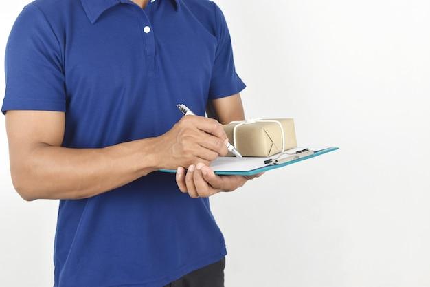 Concept de livraison livreur tenant un colis et écrivant sur un presse-papiers