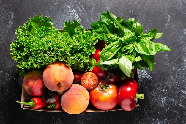 Concept de livraison de nourriture pour les agriculteurs frais. légumes, fruits et légumes biologiques dans la case sur tableau noir