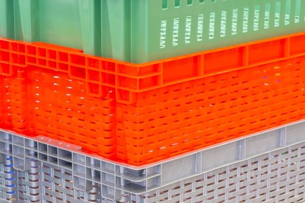 Concept logistique avec des boîtes en plastique colorées