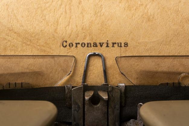 Le concept de lutte contre le texte de la machine à écrire du coronavirus