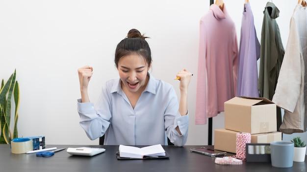Concept de magasinage en direct une vendeuse se sentant heureuse de son succès après que la vente ait atteint l'objectif.