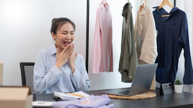 Concept de magasinage en direct une vendeuse se sentant ravie de son succès après que la vente ait atteint l'objectif.