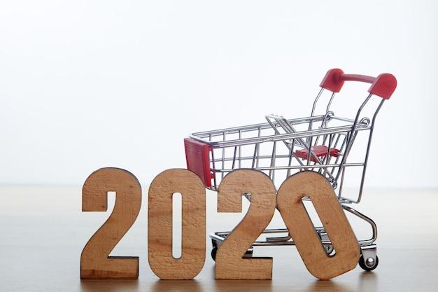 Concept de magasinage festival du nouvel an 2020 sur bois