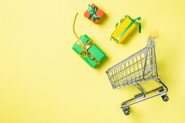 Concept de magasinage en ligne - chariot rempli de cadeaux. black friday et ciber mondey