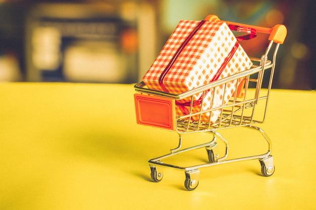 Concept de magasinage en ligne - chariot rempli de cadeaux.