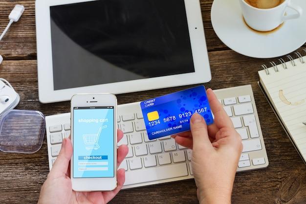 Concept de magasinage mobile. vérification dans une boutique virtuelle sur téléphone