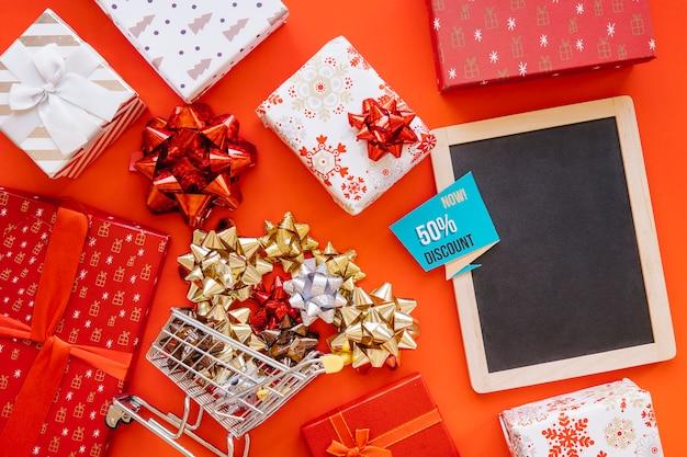 Concept de magasinage de noël avec ardoise et cadeaux