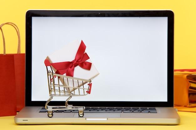 Concept de magasinage de noël en ligne sur écran d'ordinateur portable. écran blanc.
