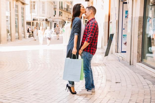 Concept de magasinage avec petite amie qui cherche à stocker