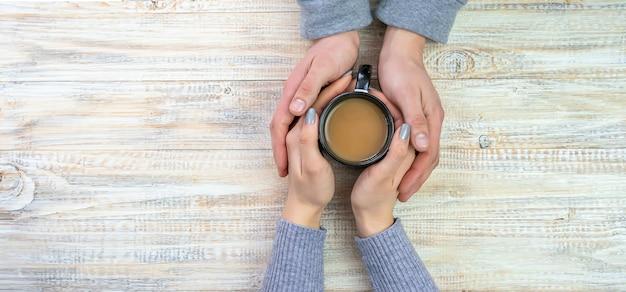Concept des mains, de l'amour et du café masculins et féminins