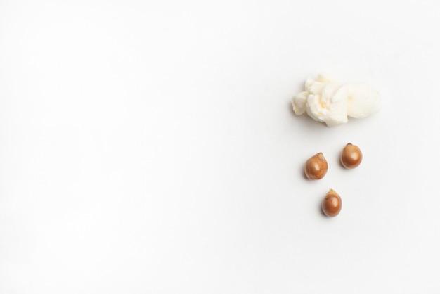 Concept avec maïs soufflé et maïs - pluies de maïs soufflé à partir d'un maïs soufflé