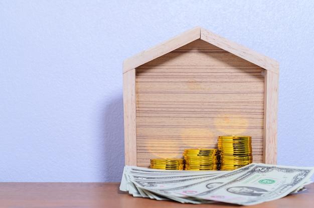 Le concept maison de pile d'argent étape économiser de l'argent scène blanche
