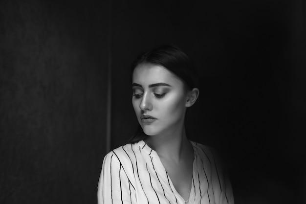 Concept de maladie mentale; la jeune jolie femme éprouve des problèmes psychologiques