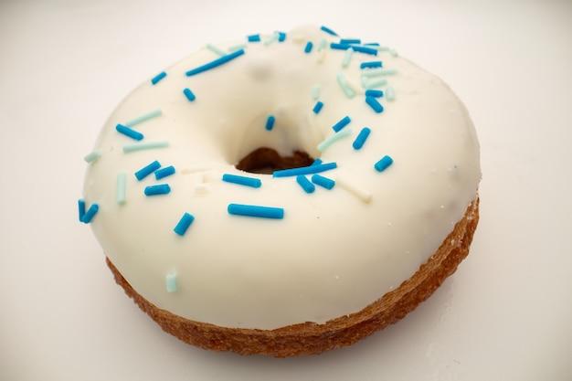 Concept de malbouffe - big beignet avec glaçage blanc.