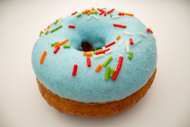 Concept de malbouffe - big beignet avec glaçage bleu.