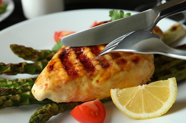 Concept de manger savoureux avec du poulet grillé, gros plan