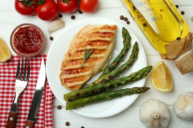 Concept de manger savoureux avec du poulet grillé sur une table en bois blanc