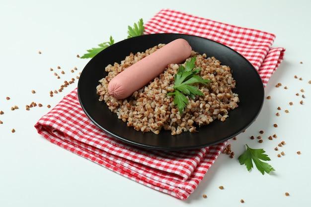 Concept de manger savoureux avec du sarrasin sur fond blanc