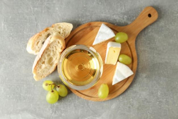 Concept de manger savoureux avec du vin blanc sur une table texturée grise