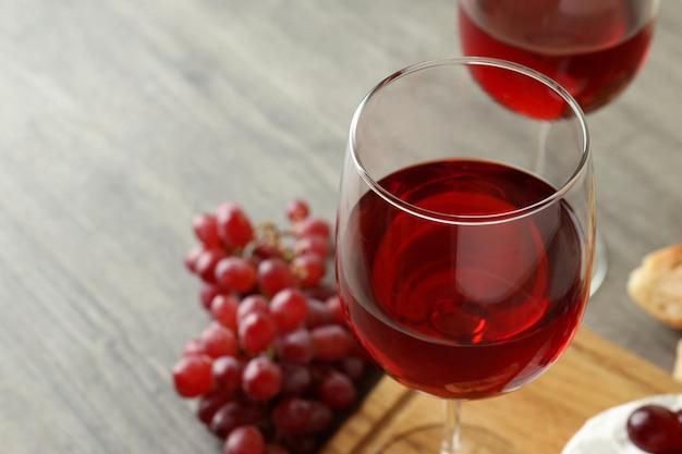 Concept de manger savoureux avec du vin rouge sur une table texturée grise