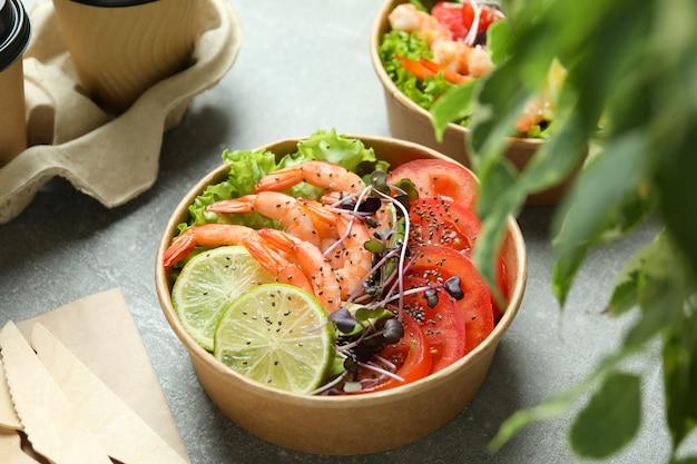 Concept de manger savoureux avec salade de crevettes, gros plan